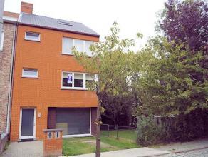 Instapklare, zeer ruime halfopen bebouwing met 3 slaapkamers, terras en mooie tuin. Rustige ligging aan de stadsrand van Kortrijk. Bestaat uit garage,