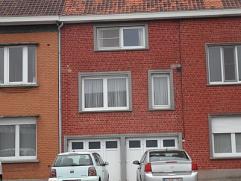 Instapklare bel-etage woning bestaande uit inkom met dubbele garage, living, aparte keuken, apart toilet, badkamer met ligbad, 2 ruime slpks, zolder m