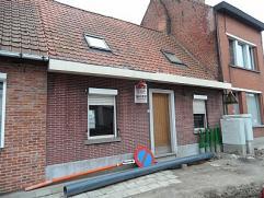 Deels gerenoveerde woning op 210m² bestaande uit inkomgang met toilet, living in L-vorm met laminaat parket, keuken, ruimte voor de badkamer, 3 s