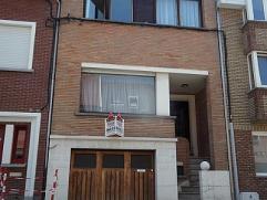 Bel Etage woning bestaande uit: Gelijkvloers: ruime garage met wasplaats, zuidgerichte tuin, dubbele carport met uitweg achteraan. 1e VERDIEP: living