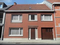 Rustig en centraal gelegen ruime woning bestaande uit: Inkomhall, 2 delige living, ruime keuken (+- 20m²), apart toilet, wasplaats, 4 volwaardige