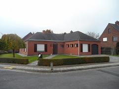 Goed gelegen en goed onderhouden gelijkvloerse villa gebouwd in 1980 en op 577m² bestaande uit inkom met toilet, living, ingerichte keuken, nacht