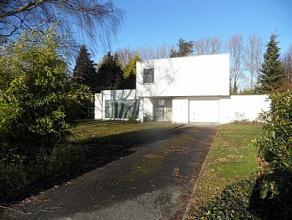 Uniek en rustig gelegen villa in moderne stijl en op 2235m² grond. Bestaande uit inkomhall, ruime en zonnige living, ruime keuken met apart toile