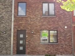 Betreft een nieuwe en praktisch ingerichte woning met garage en kleine tuin met zongericht terras achteraan. De keuken is ingericht met toestellen en