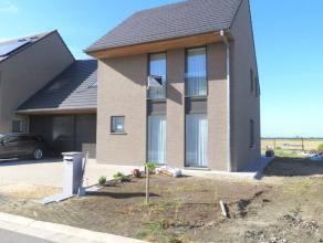 Moderne half open woning in een rustige wijk in Veurne. Gelijkvloers : inkomhal met apart toilet - ruime woonkamer met zicht op de tuin - open keuken