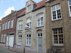 Karaktervolle woning in het hartje van Veurne. Deze woning werd volledig gerenoveerd in 2000 met alle respect voor het authentieke karakter. De gelijk