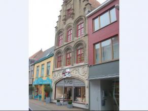 Centraal gelegen opbrengsteigendom met charmante en historische voorgevel in de gezellige drukte van de Ooststraat in hartje VEURNE - GLVL.: winkel me