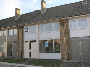 Rustig gelegen (rij)woning nabij het centrum van Veurne met matig comfort - kelder - GLVL.: inkomhall, berging, apart WC, woonkamer, keuken - 1ste VER