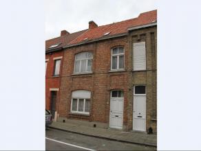 Leuke gezinswoning in het centrum van Veurne. De woning omvat op het gelijkvloers een inkomhal, woonkamer met veel lichtinval, keuken, badkamer met li