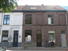 De woning bestaat uit: Gelijkvloers: inkomhal met trap naar verdieping - ruime leefruimte - keuken voorzien van toestellen - badkamer met toilet, wast