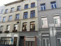 Maison d'hab. et de rapport : caves +/- 55 m - rez +/- 37,52 m + cage d'escalier 12,48 m: living 14,74 m, salon 8,44 m, cuisine 12,20 m l'arrire, cour