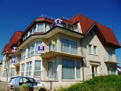 Luxe appartement, villastijl, vlakbij het strand van Groenendijk. Inkomhall, grote living met terras. Volledig ingerichte open designkeuken. Berging e