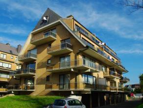 Groot duplexappartement, vlakbij de zeilclub ! Zeer rustige ligging ! Inkom met vestiaire, grote living met ruim zonneterras. Open designkeuken en ber