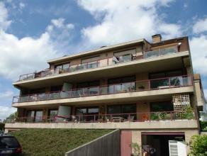 Zeer groot duplexappartement, villastijl, met een luxe afwerking ! Grote inkomhall, zeer ruime living met twee grote zonneterrassen. Ingerichte open k