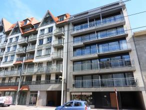 Recent dakappartement met 2 slaapkamers in centrum Oostduinkerke - Luxe afwerking! Indeling: inkomhall, wc, living met ingerichte keuken, keukenbergin