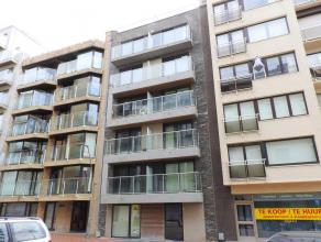 Ruim nieuwbouwappartement met 3 slaapkamers en groot terras - op 50m van zeedijk en dichtbij centrum! Indeling: inkom, ruime living, keuken, 3 slaapka