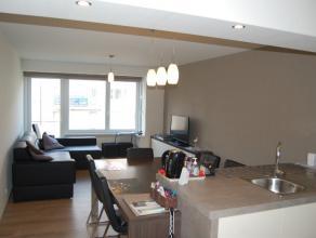Dit gerenoveerd appartement van ongeveer 80m² is gelegen op de vijfde verdieping van residentie 'Oostbank'. Het appartement telt twee slaapkamers