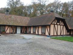 In het residentiële en prestigieuze WaaroostPark, een schitterende en zeer hoogwaardig afgewerkte villa op het gelijkvloers met een oppervlakte v