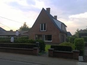 Prachtig gelegen villa tegenover het Sterrebos met garage en grote tuin. Op het gelijkvloers zijn een hall, living met haard met inbouwcassette, inger