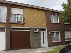 Rustig gelegen woning bestaande uit: inkomhal, toilet (gelijkvloers en bovenverdieping), living, keuken, kelder, 3 slaapkamers, bureau, badkamer, geme