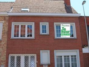 Deze woning is gelegen in het stadscentrum van Roeselare en bestaat uit: ruime inkomhal - toilet - living - keuken - ruime kelder - wasplaats/bergplaa