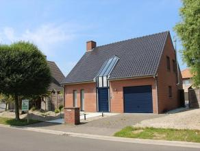 Alleenstaande woning, gelegen in een rustige wijk te Roeselare en bestaande uit: inkomhal - toilet - living - keuken - berging - wasplaats - ruime gar