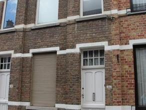 Rijwoning, gelegen in het centrum van Roeselare en bestaande uit: living, keuken, badkamer, 2 slaapkamers, terras, zolder. Geen huisdieren toegelaten.