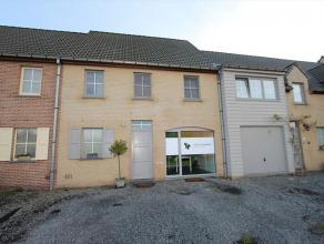 Woning, gelegen op een grondoppervlakte van 261m² in een rustige verkaveling te Rumbeke. Deze woning bestaat uit, op het gelijkvloers: ruime inko