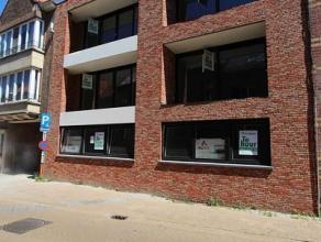 Nieuwbouwappartement op de 2de verdieping, gelegen in het centrum van Roeselare op 150m van de Grote Markt. Dit appartement, volledig afgewerkt met kw