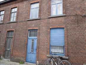 Rijwoning, gelegen in het centrum van Brugge en bestaande uit: inkomhal - living - keuken - koer - badkamer (met wc / douche / lavabo / aansluiting wa