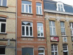 Volledig vernieuwd appartement op 150 m van de grote markt van Ieper. Het appartement, gelegen op de derde verdieping, bestaat uit: living met keuken,