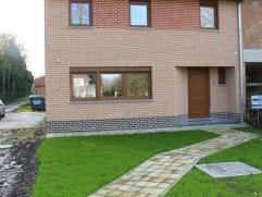 Halfopen nieuwbouwwoning gelegen te Ichtegem, de woning bestaat uit: een living van 5m x 10m - keuken - wasplaats - berging - toilet - 2 slaapkamers -