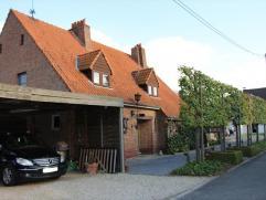 Alleenstaande villa met zonnige terras te Rumbeke. Deze woning is centraal gelegen en bestaat uit: gelijkvloers: ruime inkomhal, apart toilet, grote l