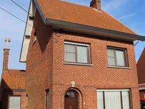 Alleenstaande woning, gelegen te Rumbeke en bestaande uit: inkomhal - living (8m x 5m) - keuken (7m x 4,15m) - kelder (4m x 4m) - veranda (7m x 2m) -
