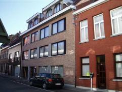 Appartement nabij centrum met 2 slaapkamers, terras en autostaanplaats. Gelegen op de eerste verdieping, lift aanwezig. Indeling: inkom, toilet, livin