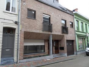 Centraal gelegen gelijkvloers appartement bestaand uit hall met vestiaire, zeer ruime living, keuken met ontbijthoek, berging, toilet, badkamer, 2 sla
