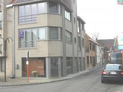 Zeer centraal gelegen appartement (1e verdiep, geen lift) met living met ingerichte open keuken, berging, badkamer, 1 slaapkamer en kelder (extra berg