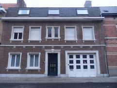 Instapklaar dakappartement (2e verdiep, geen lift) met inkom, ingerichte open keuken, living, 1 slaapkamer, badkamer (met douche, toilet en lavabomeub