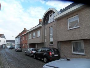 Rustig gelegen appartement (1e verd, lift) met zicht op het Hulstplein-park. Inkom, wc, living, inger open keuken, badkamer, 2 slaapkamers, garage, ge
