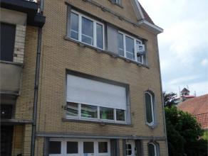 Ruim en centraal gelegen appartement op de eerste verdieping van een woonhuis (geen lift): hall, 3 ruime slaapkamers, badkamer, keuken, living, bergin