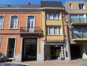 Zeer centraal gelegen duplex appartement (1e en 2e verdieping). Indeling niveau 1: living (met zithoek en eetplaats), open keuken, toilet en groot zui