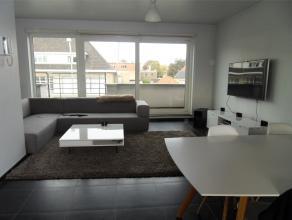 Recent appartement met twee terrassen (15m²), bestaande uit inkomhall met apart toilet en handwasser, living met open ingerichte keuken, berging