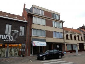 Centraal gelegen appartement op de tweede verdieping (geen lift aanwezig). Indeling: inkom, living, keuken, toilet, badkamer (met ligbad en lavabo), 1