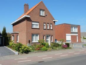 Te renoveren ruime woning, open bebouwing met leuke tuin en garage op een zeer goede ligging en in de nabijheid van de E40 (Beernem). Huidige indeling