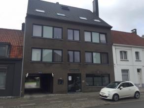 Gezellig appartement nabij het centrum van Tielt en met gemeenschappelijke tuin. Bestaat uit inkom, apart toilet, 1 slaapkamer, ingerichte keuken, bad
