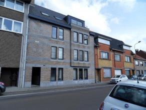 Comfortabel appartement (2e verdiep, lift aanwezig) met hall, toilet, ruime living met open keuken, badkamer, 3 slaapkamers, berging. Er is tevens een