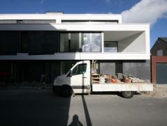 Gelijkvloers nieuwbouwappartement (geschilderd), bestaande uit: