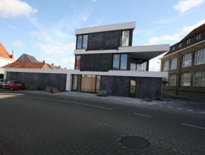 Instapklaar (= geschilderd) nieuwbouwappartement bestaande uit: - inkom - toilet - leefplaats - open ingerichte keuken (vaatwas, combi-oven, kookplate