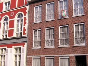 Gelijkvloers appartement gelegen in een standingvol gebouw te Tielt centrum, bestaande uit: - ruime inkom - toilet - zit- en eetplaats (met zicht op s