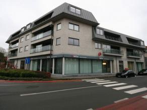 Zeer recent en volledig instapklaar (professioneel geschilderd) appartement bestaande uit: - inkom - ruime leefplaats met parketvloer + terras straatz